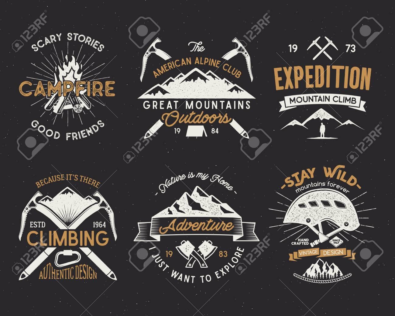 Ensemble d'étiquettes d'alpinisme, emblèmes d'expédition de montagnes, logos de silhouettes de randonnée vintage et éléments de design. Style rétro style letterpress isolé. Forêts sauvages isolées sur blanc. Banque d'images - 74269911