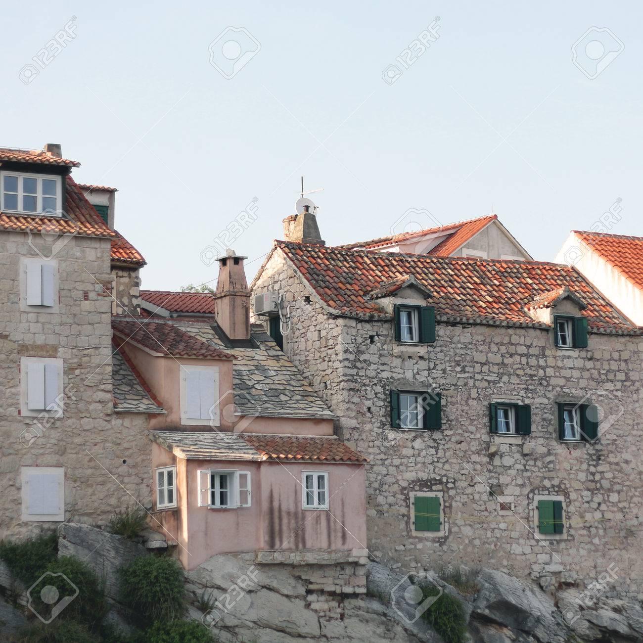 Bezaubernd Häuser Stile Dekoration Von Alte Traditionelle Häuser Auf Einer Klippe Gebaut.