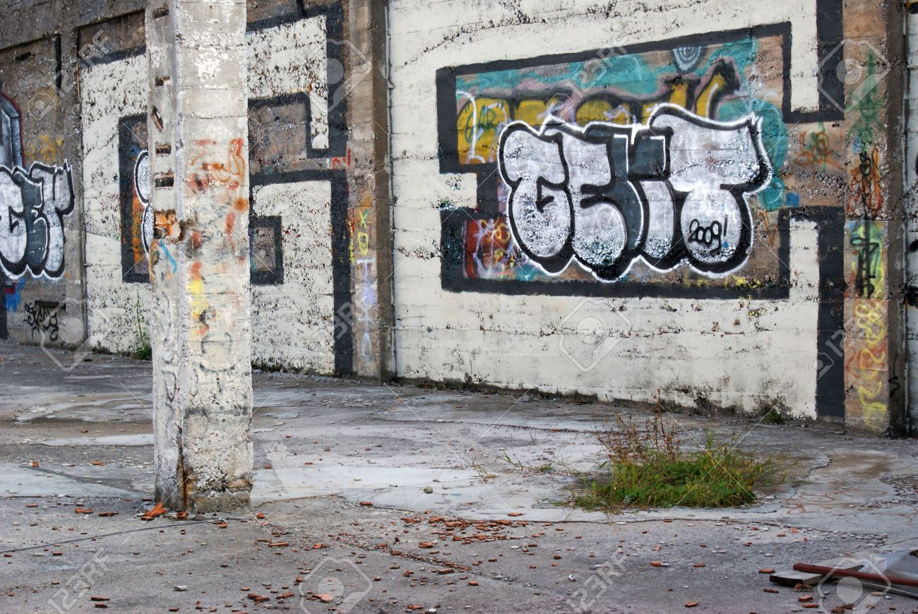 Graffiti Painted On The Wall Of Abandoned House Stock Photo - Graffitis-en-casa