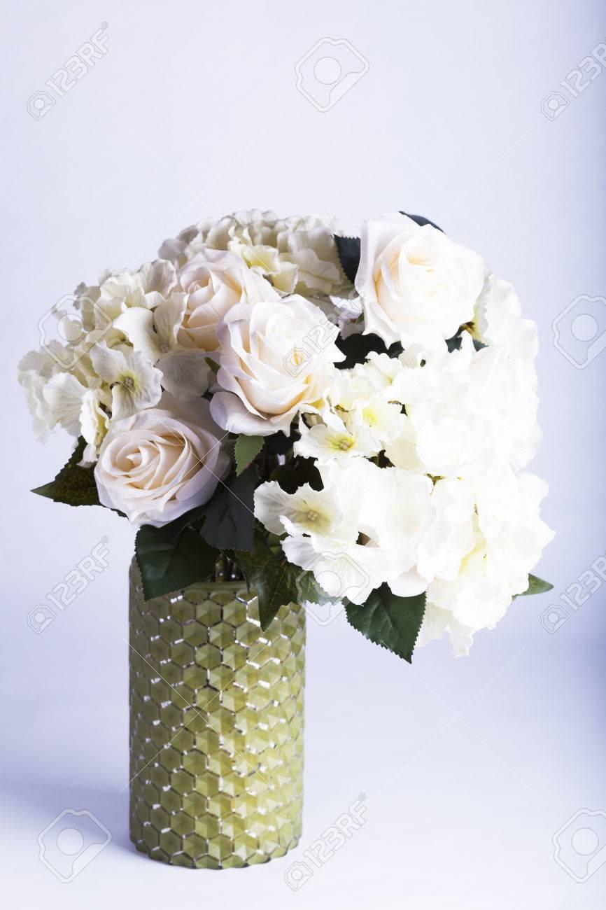 Vaso Con Ortensie Finte peonie finte seta e ortensie in vaso di vetro verde per la decorazione o  concetti di felicità