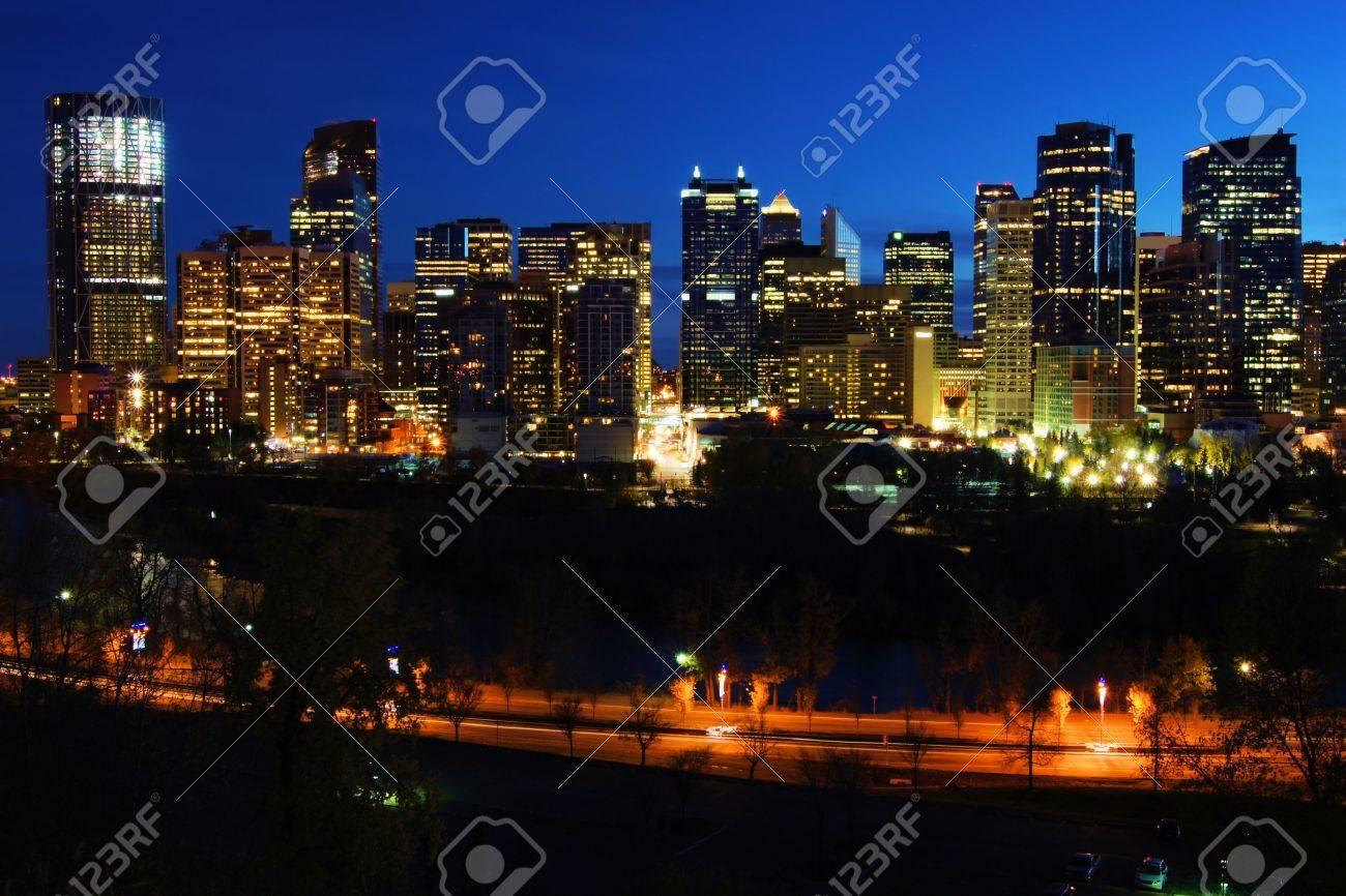 Vista Nocturna De La Moderna Ciudad De Calgary Canadá Fotos