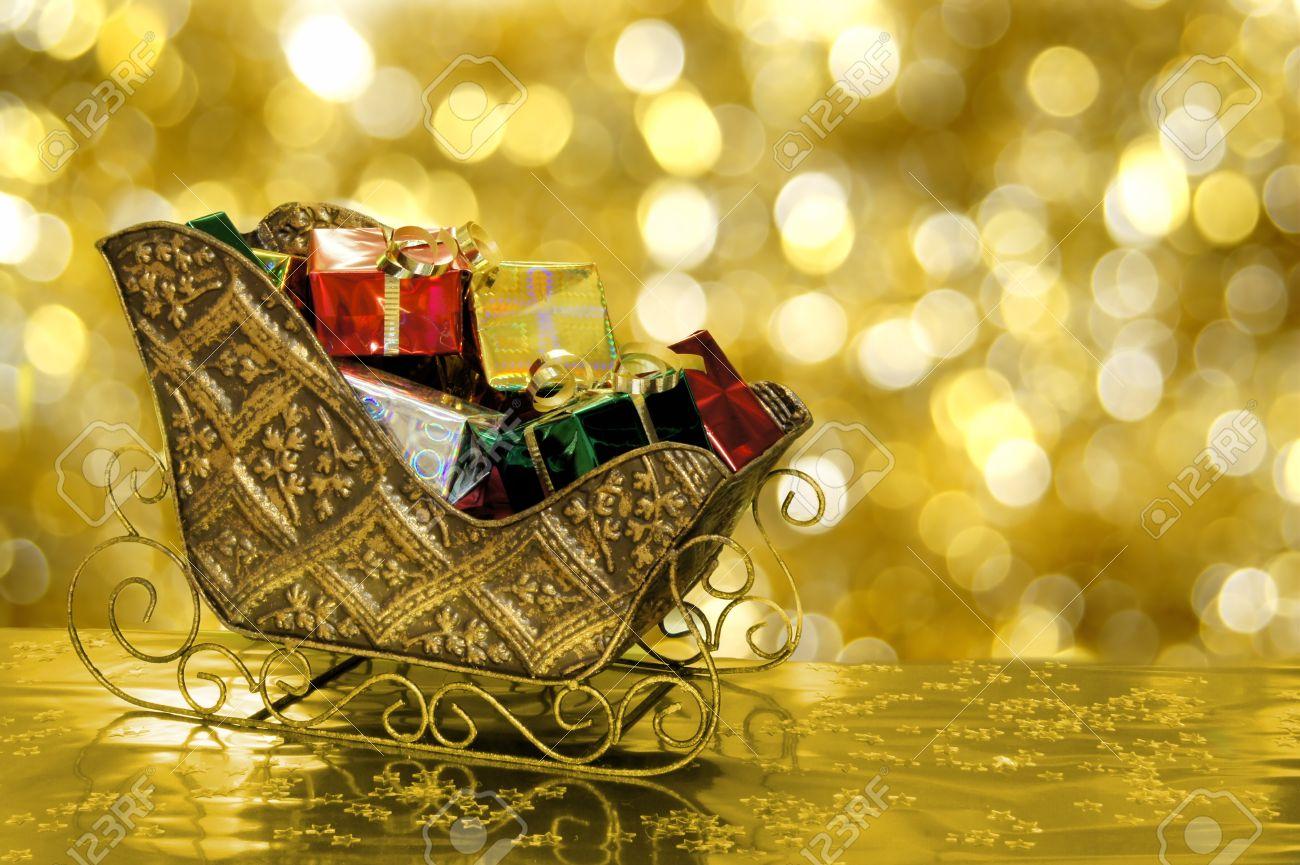 Weihnachtsschlitten Mit Geschenken Mit Goldenem Hintergrund Gefüllt ...