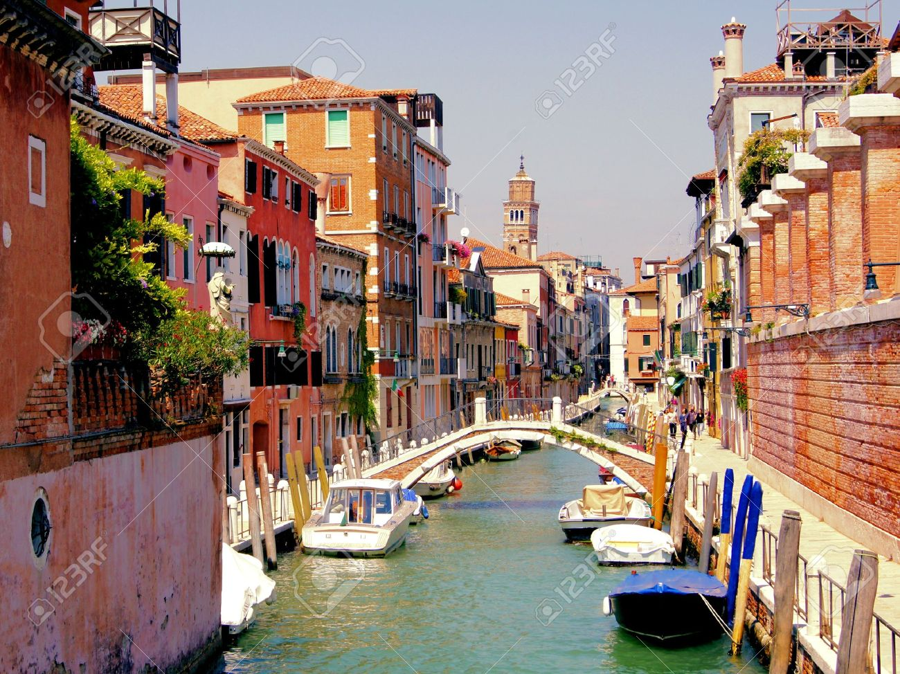 Small quaint canal in the Dorsoduro neighborhood of historic Venice Stock Photo - 13021030