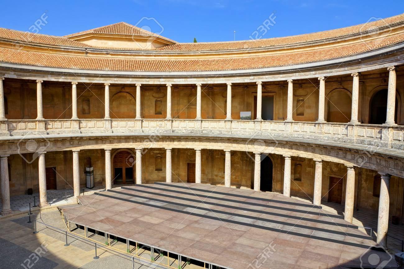Foto De Archivo   Patio Circular Del Palacio De Carlos V En La Alhambra De  Granada, España