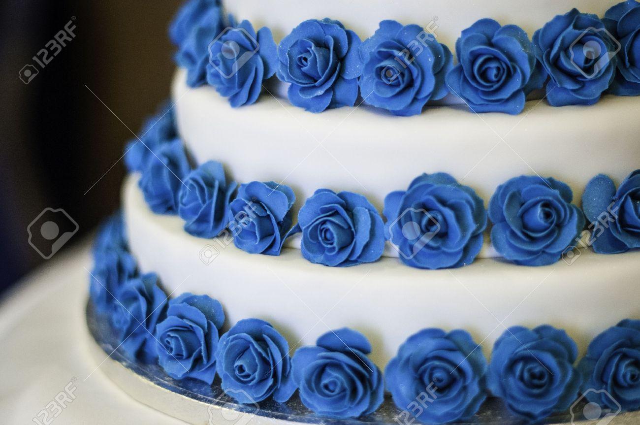 Drei Tier Weiss Und Blaue Rose Hochzeitstorte Lizenzfreie Fotos