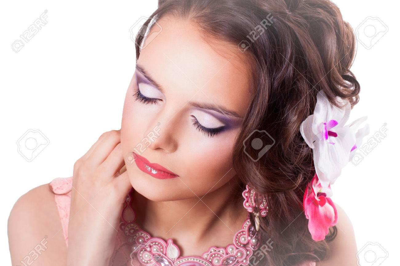 Retrato De Rizado Morena Con Los Ojos Cerrados Con Maquillaje De Color Púrpura En Vestido Rosa Con Rosa Decoraciones Técnica Soutache Con Flores En El