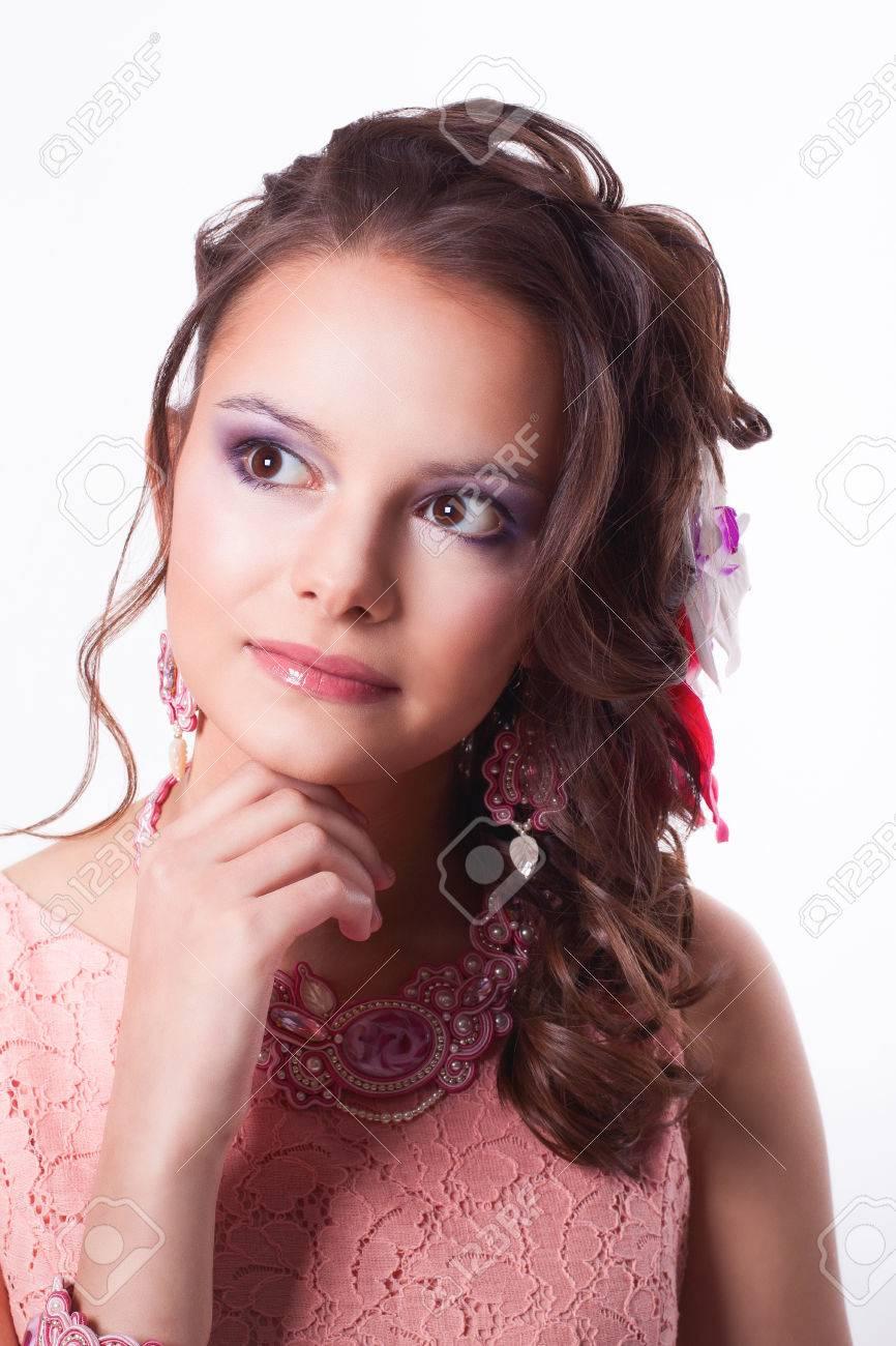 Retrato De Rizado Morena Con Maquillaje De Color Púrpura En Vestido Rosa Con Decoraciones Soutache Técnica Con Flores Sobre Un Fondo Blanco