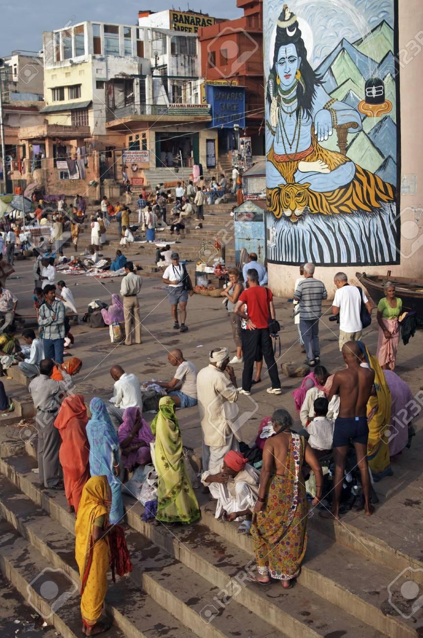 Varanasi, India - October 9, 2007: Crowds of people worshiping on the ghats at Varanasi, India  Standard-Bild - 7148499