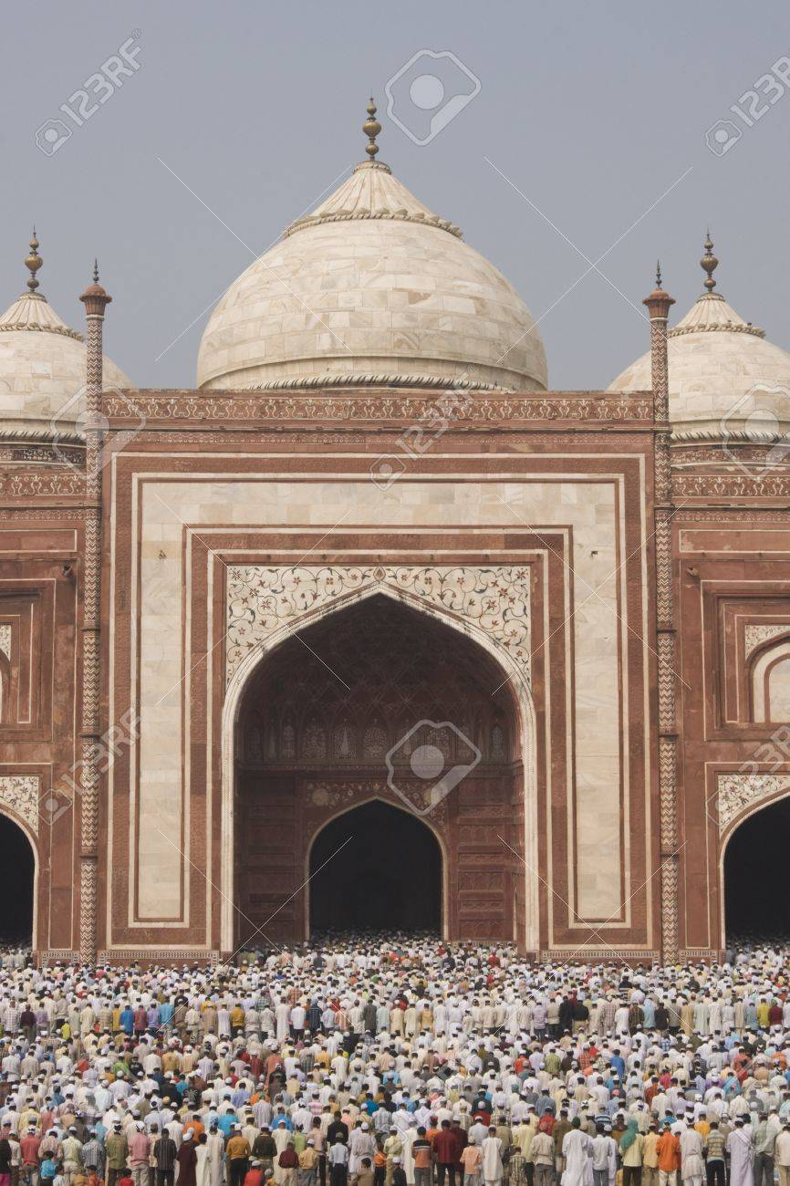 Agra, India - October 2, 2008: Thousands of people gather in front of the mosque at the Taj Mahal to celebrate the Muslim festival of Eid ul-Fitr in Agra, Uttar Pradesh, India Stock Photo - 8409724