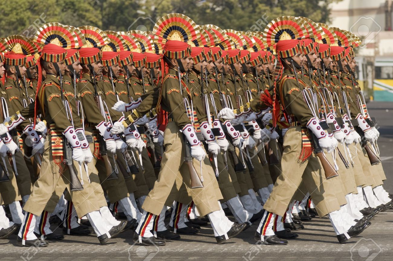 que suis -je - ajonc  -  et  où  ? 16 janvier Bravo Martine 8577357-delhi-inde-janvier-23-2008-les-soldats-de-l-arm%C3%A9e-indienne-marchant-sur-le-chemin-raj-en-pr%C3%A9paration-