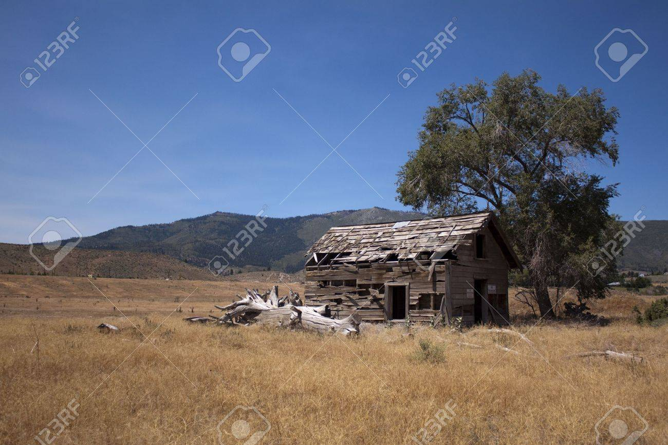 an old abandoned barn in an open field Stock Photo - 9895816