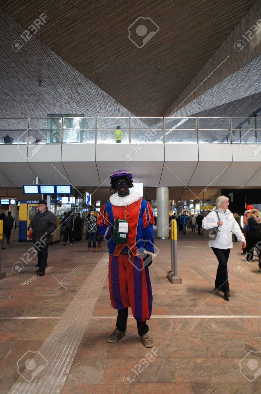 Zwarte piet at train station Rotterdam Stock Photo - 16943083