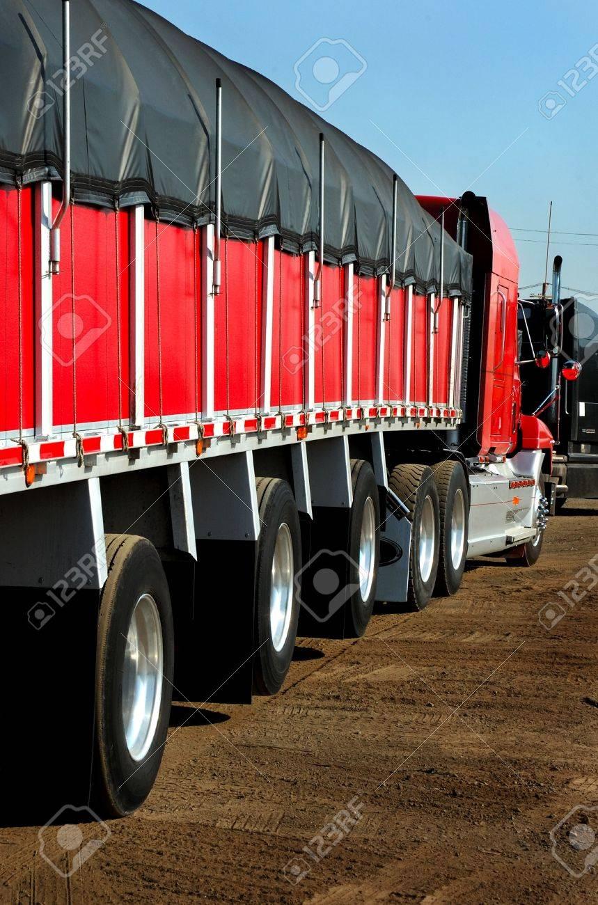 赤いトラックとトレーラー鋼の運...