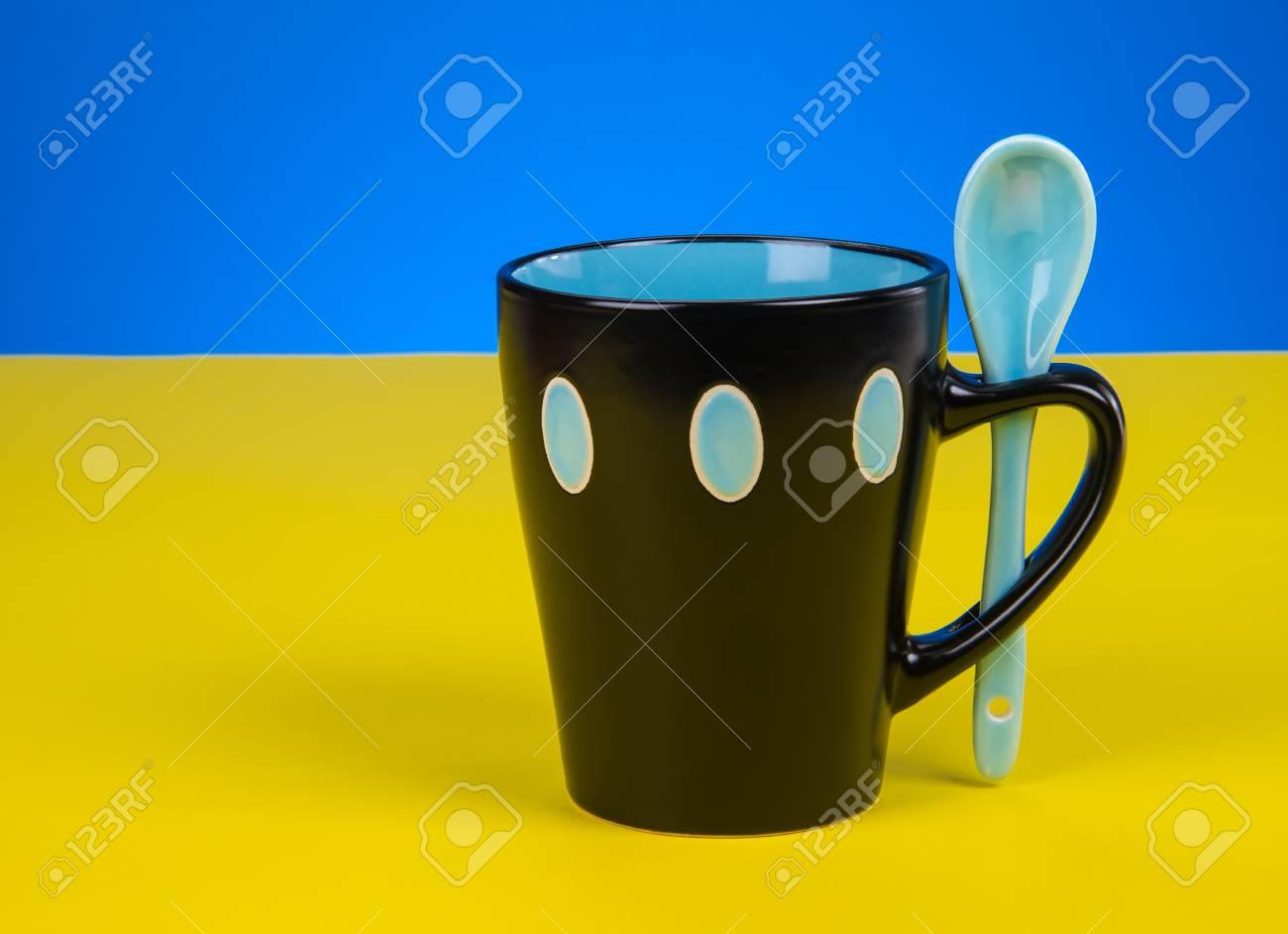 Tasse Fantaisie café frais versant dans la tasse de fantaisie sur table banque d