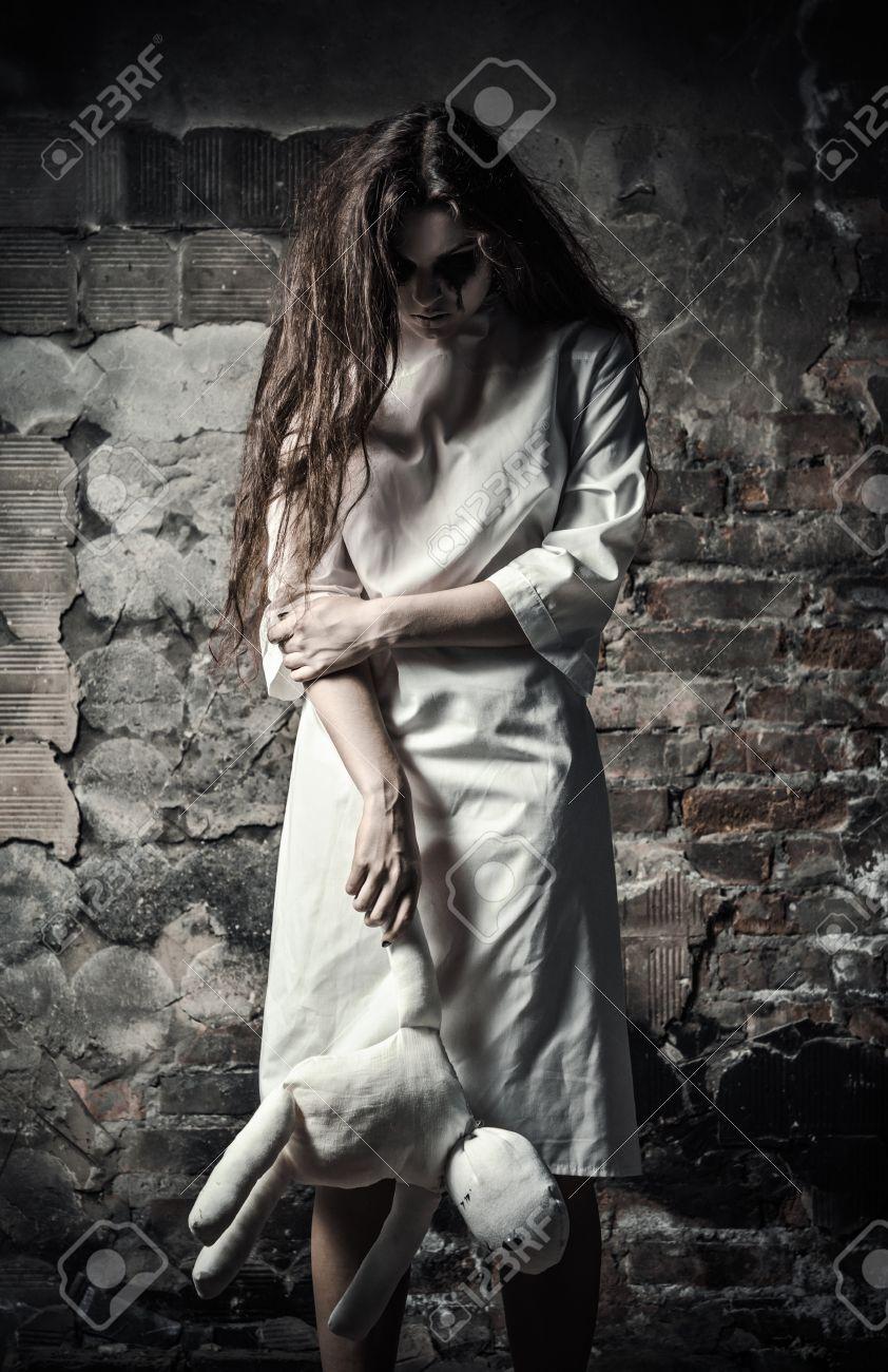 Horror-Stil Schoss Ein Unheimliches Monster Mädchen Mit Puppe In ...
