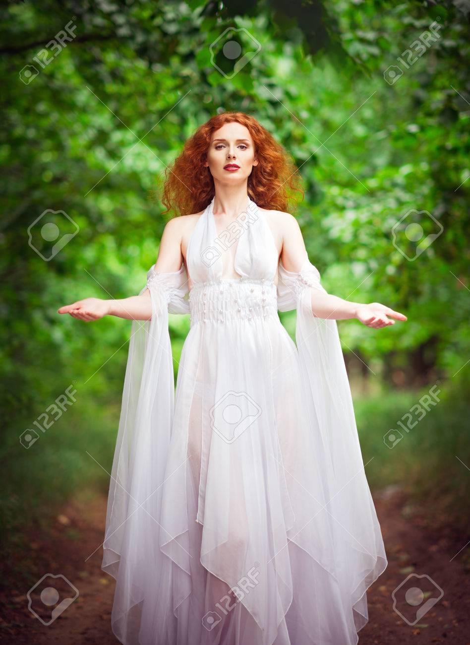 Forêt Dans Portant Belle Robe La Femme Rousse Blanche nwN08kZOPX