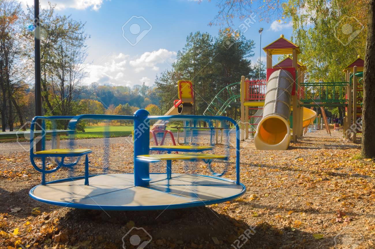 Kind Vom Klettergerüst Gefallen : Kinderspielplatz bestehend aus rotierendem karussell schaukel rohr