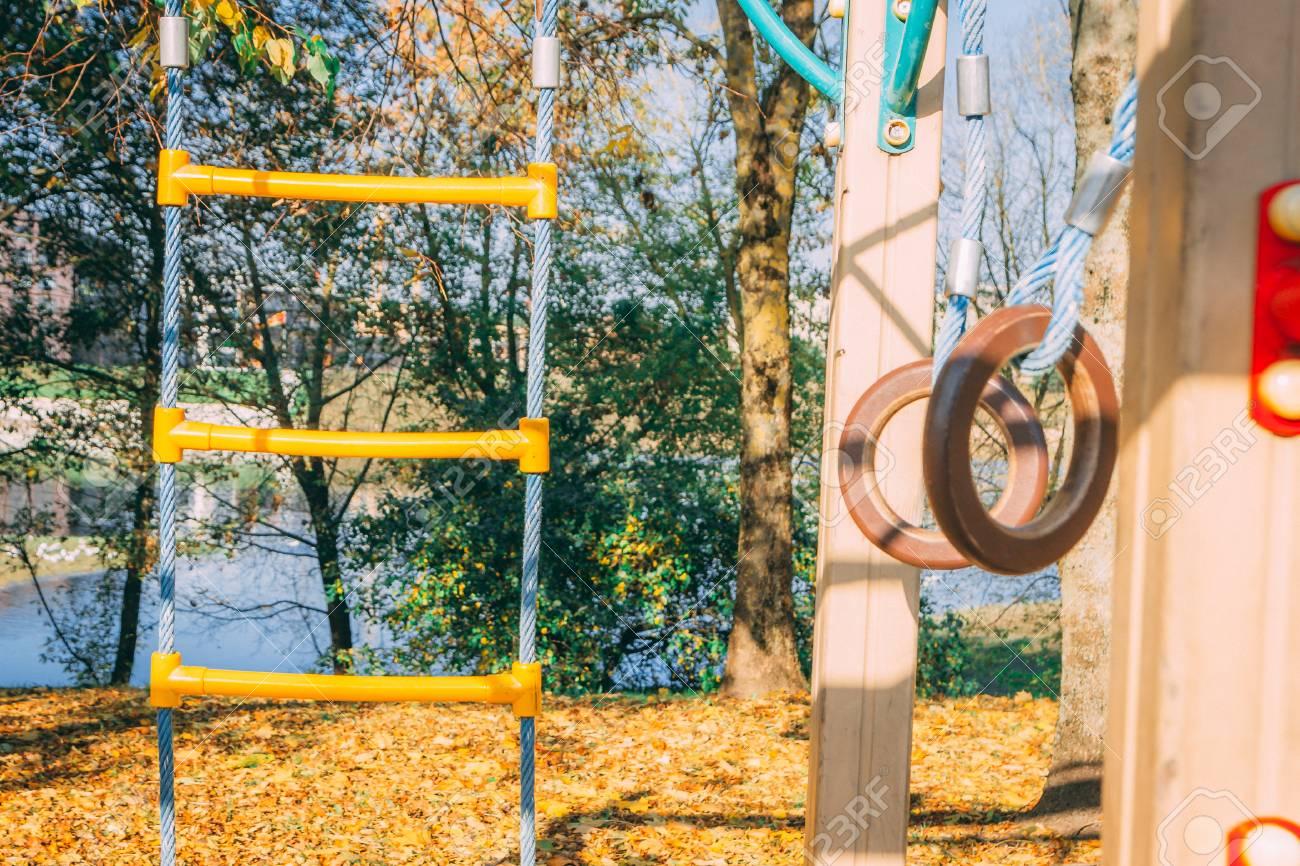 Kind Vom Klettergerüst Gefallen : Kinderspielplatz mit akrobatischen ringen und klettergerüst
