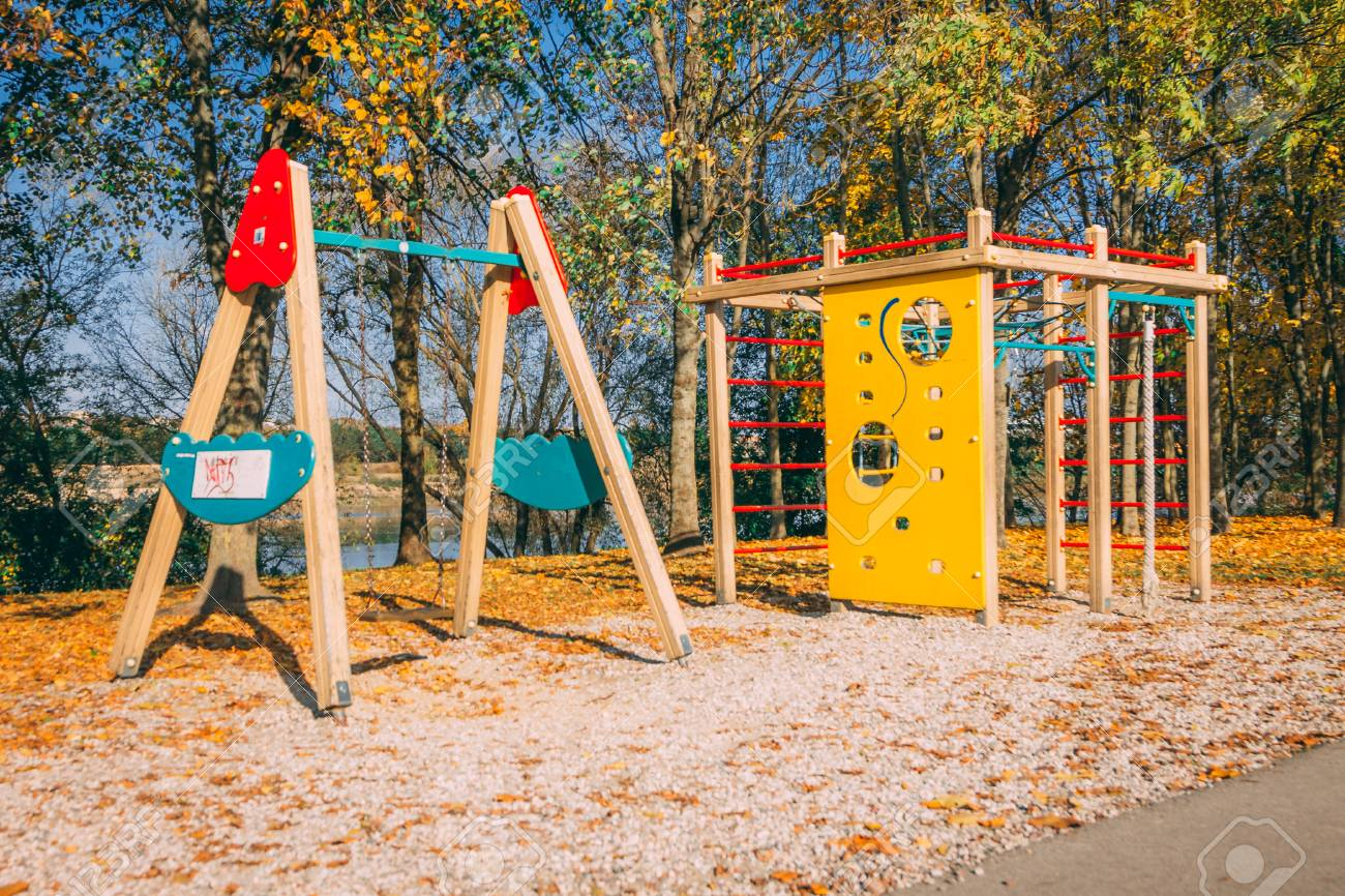 Kind Vom Klettergerüst Gefallen : Kinderspielplatz bestehend aus karussell schaukel hängeleiter