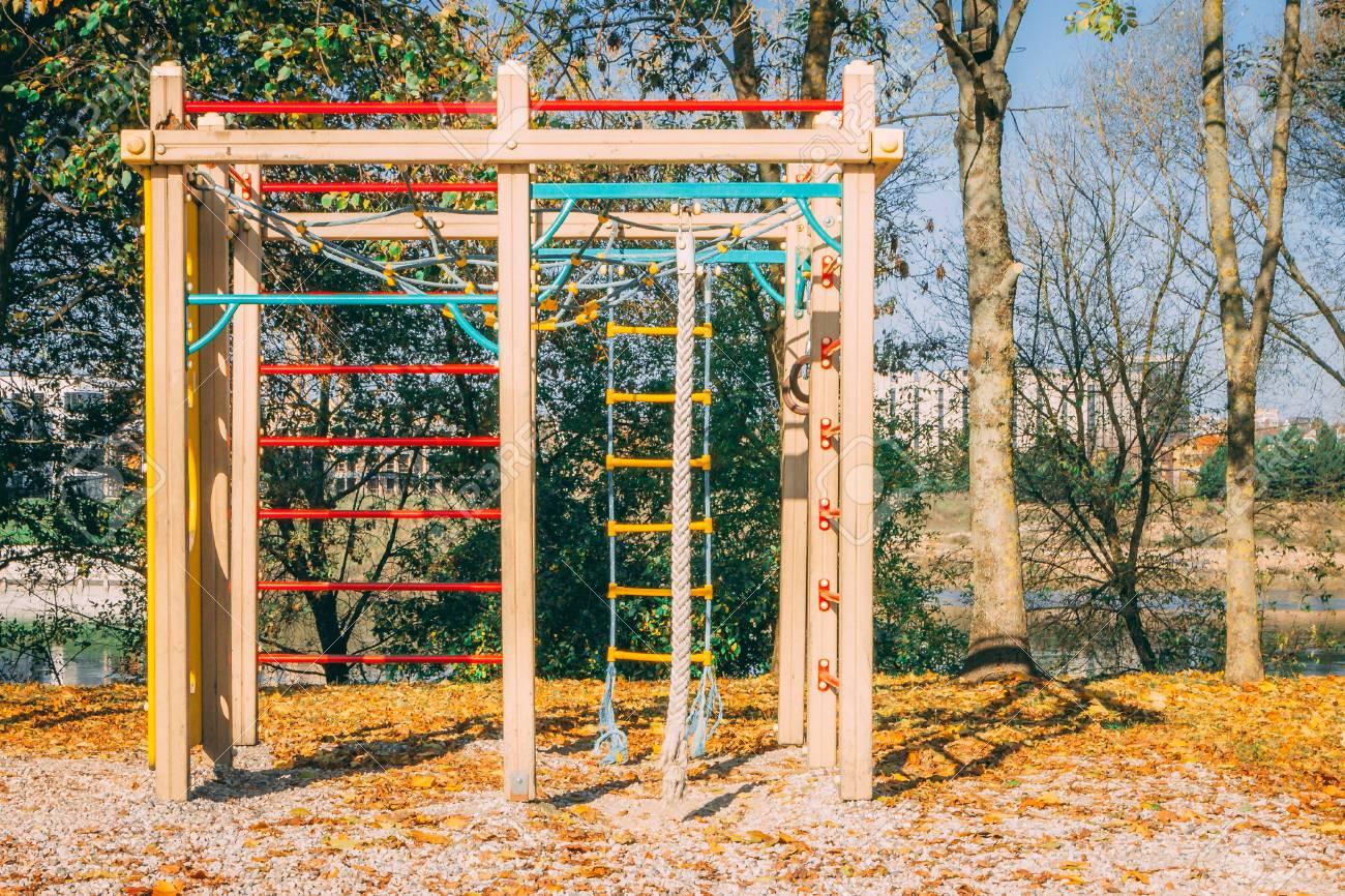Kind Vom Klettergerüst Gefallen : Kinderspielplatz bestehend aus klettergerüst. gefallenes herbstlaub