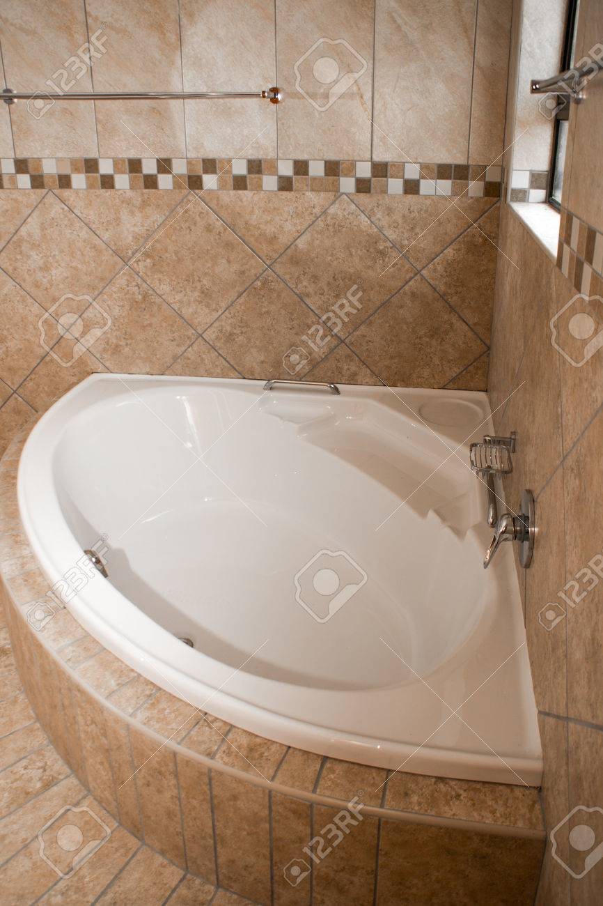 Eine Weisse Eckwanne In Ein Gefliestes Badezimmer Sind Die Fliesen