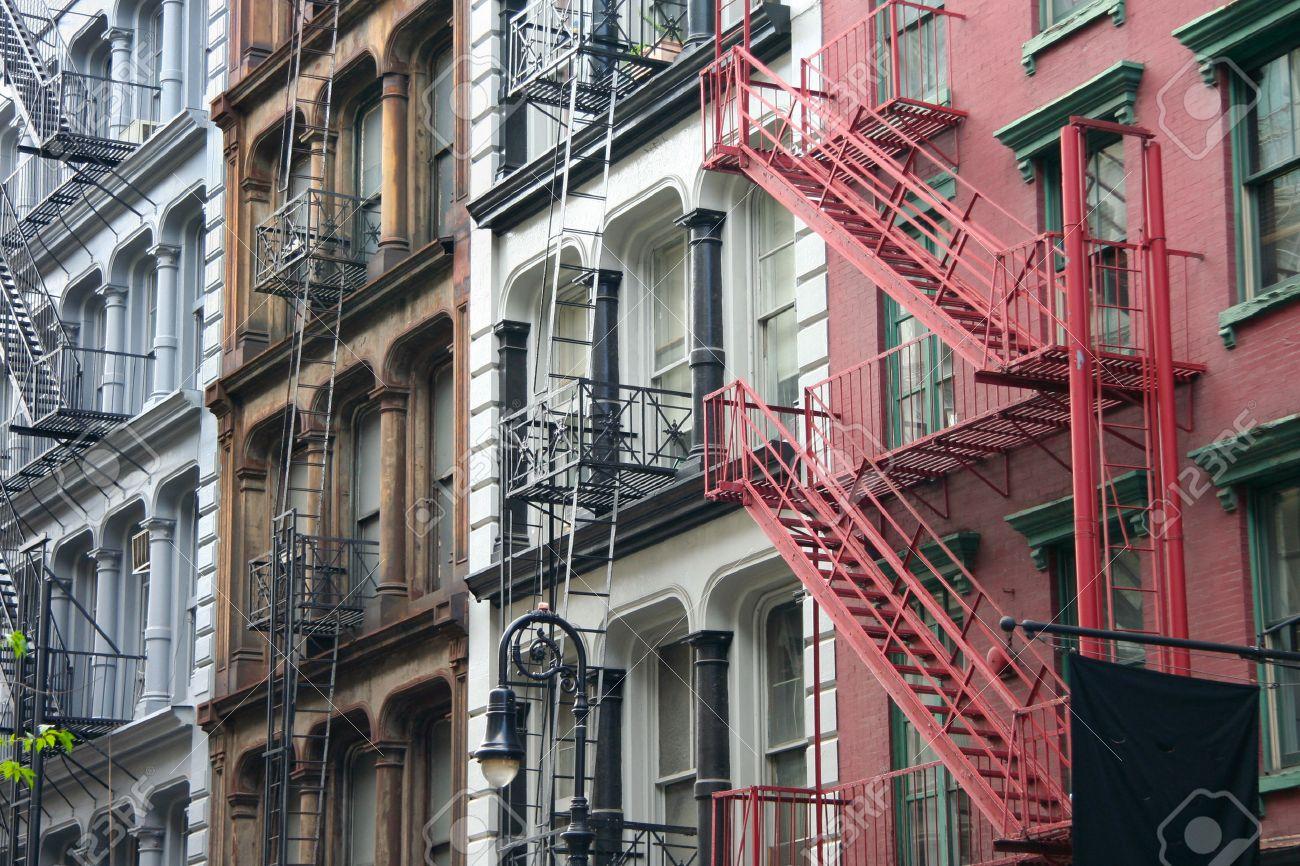 Standard Bild   Vier Bunte, Blau, Braun, Weiß Und Rot Wohnung Haus Fassaden  Mit Not Entkommt Typische New York City Vermietung Komplexe Mit  Feuertreppen ...
