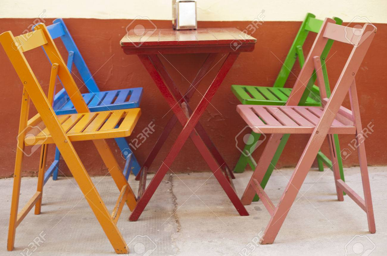 Mehrere Leere Bunte Stuhle Und Tisch Auf Terrasse Mit Bar Badajoz Spanien Lizenzfreie Fotos Bilder Und Stock Fotografie Image 38782747