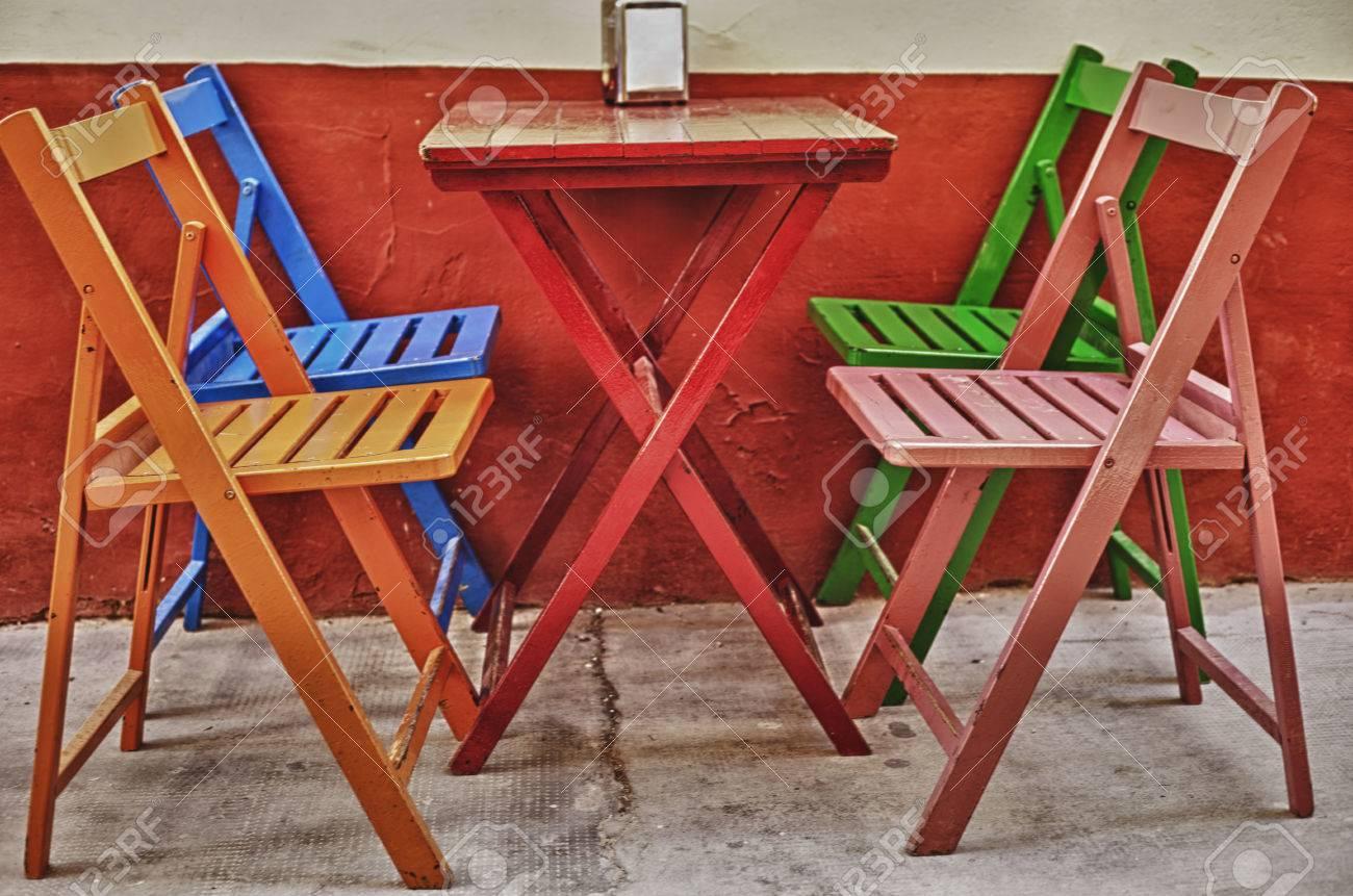 Varias Sillas Coloridas Vacías Y Una Mesa En La Terraza Bar Badajoz España