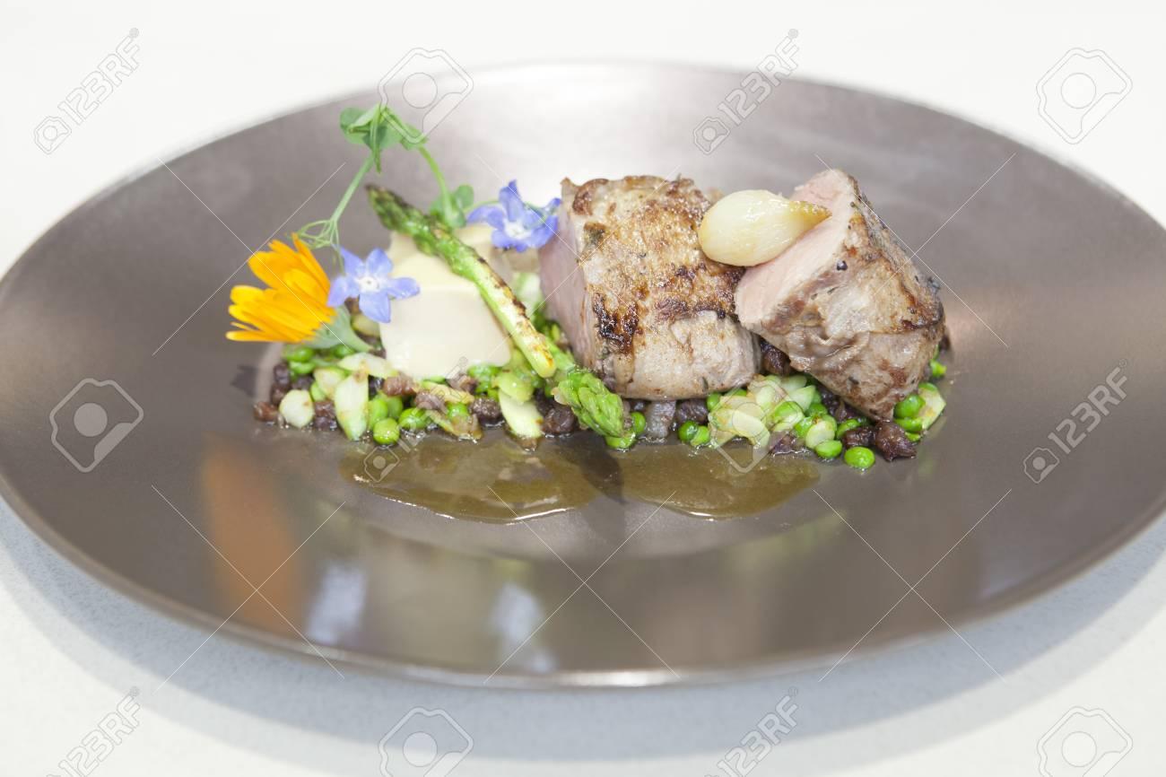 Alta cucina ricetta fatta di carne di maiale iberico foto royalty