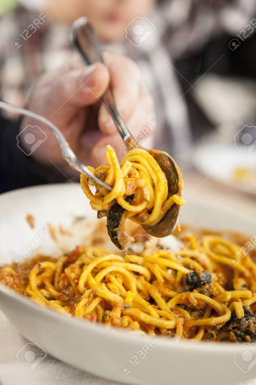 Abendessen Gäste Aufrollen Spaghetti Auf Eine Gabel Nahansicht