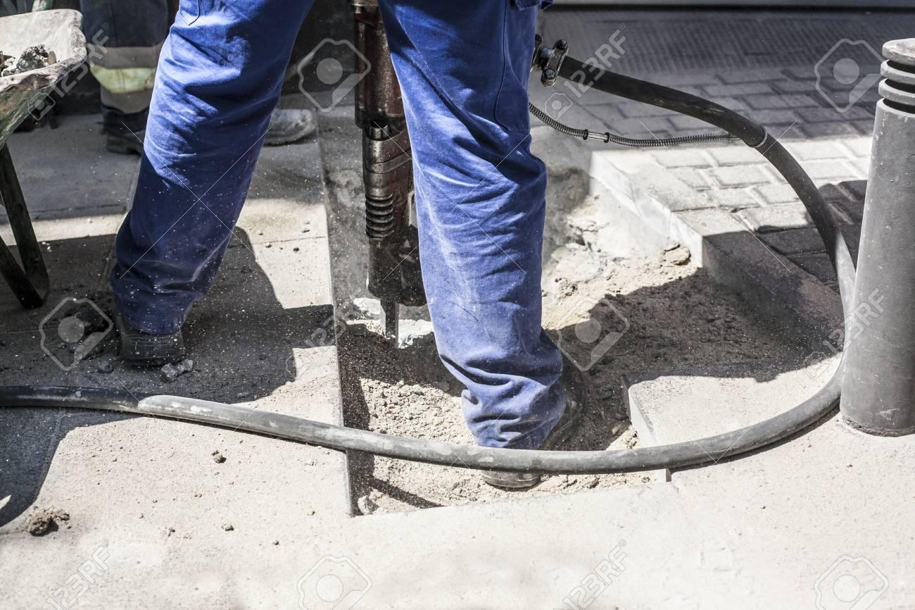 builder arbeiter mit pneumatischer bohrhammer ausrüstung brechen