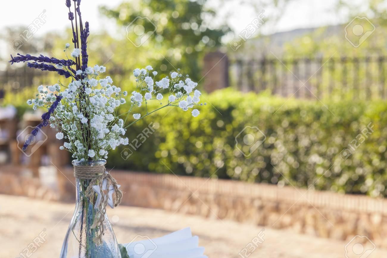 Botella Con Bouquet Sobre Fondo De Jardín Decoración Vintage Para Bodas
