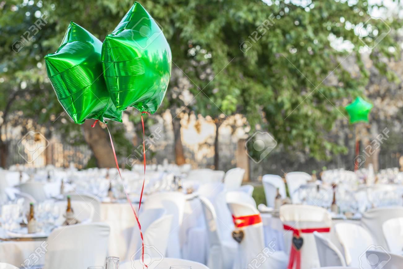 Ballons brillants verts au réglage de la table de jardin pour la réception  de mariage. Décoration de mariage