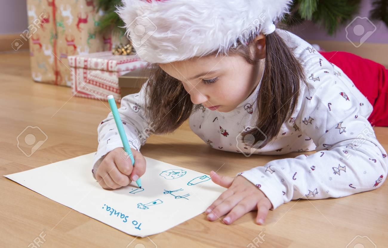 Petite Fille Prépare La Lettre Du Père Noël Elle Peignant Une Feuille Avec En Tête En Anglais