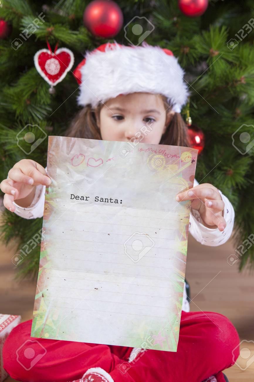 Petite Fille Montrant La Lettre Du Père Noël Elle A Peint Une Feuille Avec En Tête En Anglais
