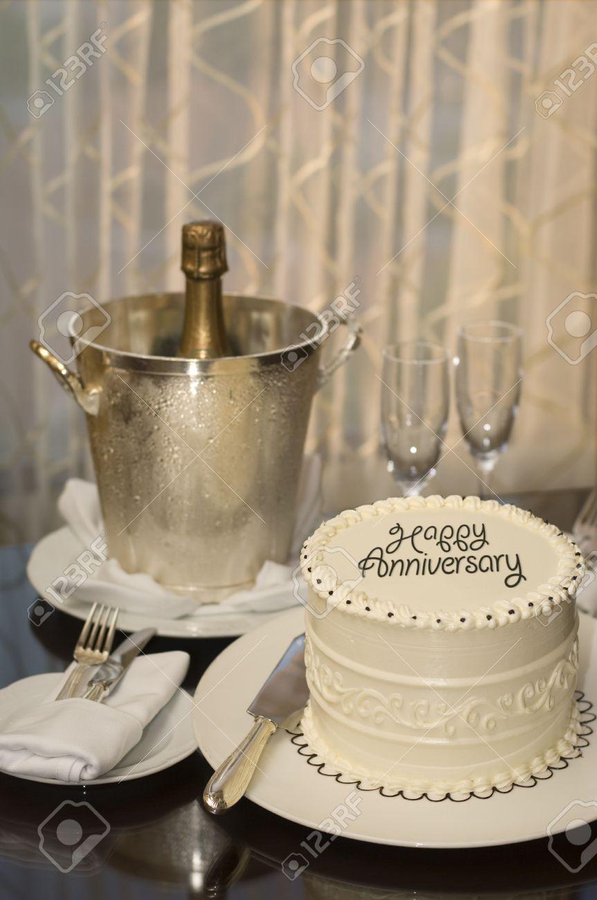 Gâteau Décoré Avec Joyeux Anniversaire Sur Une Table Avec Champagne Bucket Deux Flutes Champagne La Bouteille De Champagne Et Argenterie