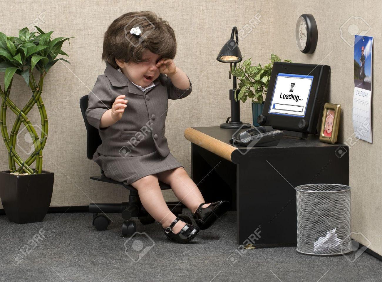 Scrivania Ufficio Professionale : Bambino si è vestito in abiti ufficio professionale pianto alla