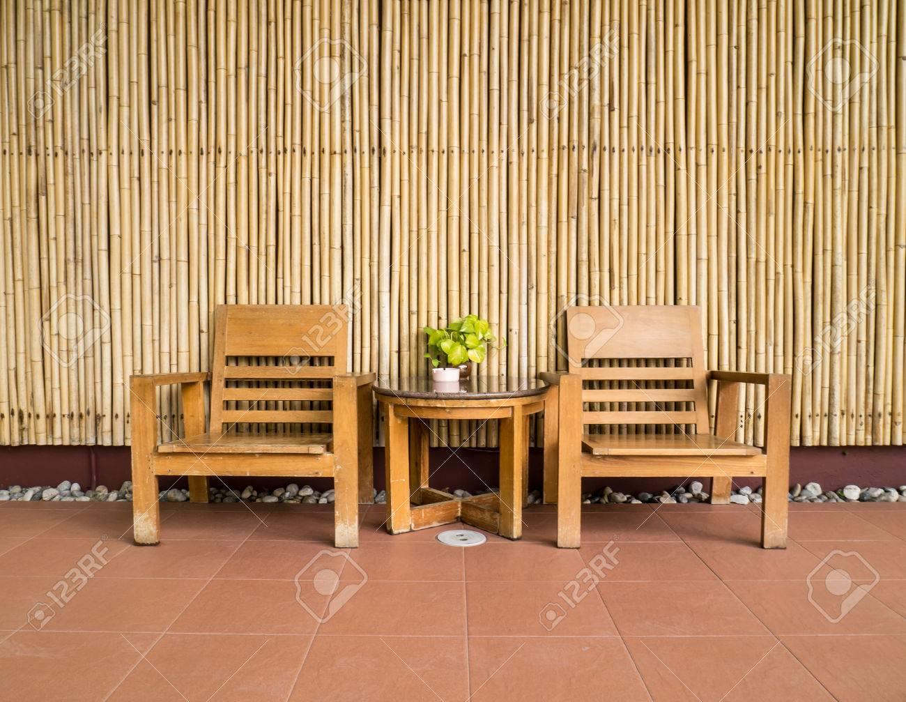 Bois Chaise Style Ancien En Face De Larriere Plan Bambou Banque