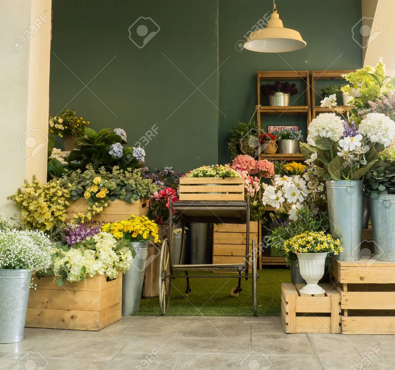 Belle Décoration De Jardin Avec Boîte à Fleurs Et Plantes En Pot Au ...