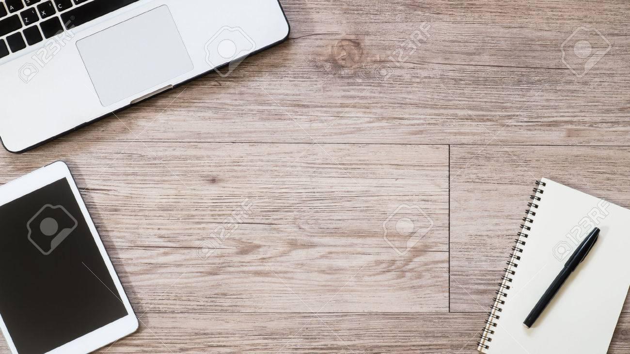 Bureau de travail vue de dessus tablette blanche avec écran noir