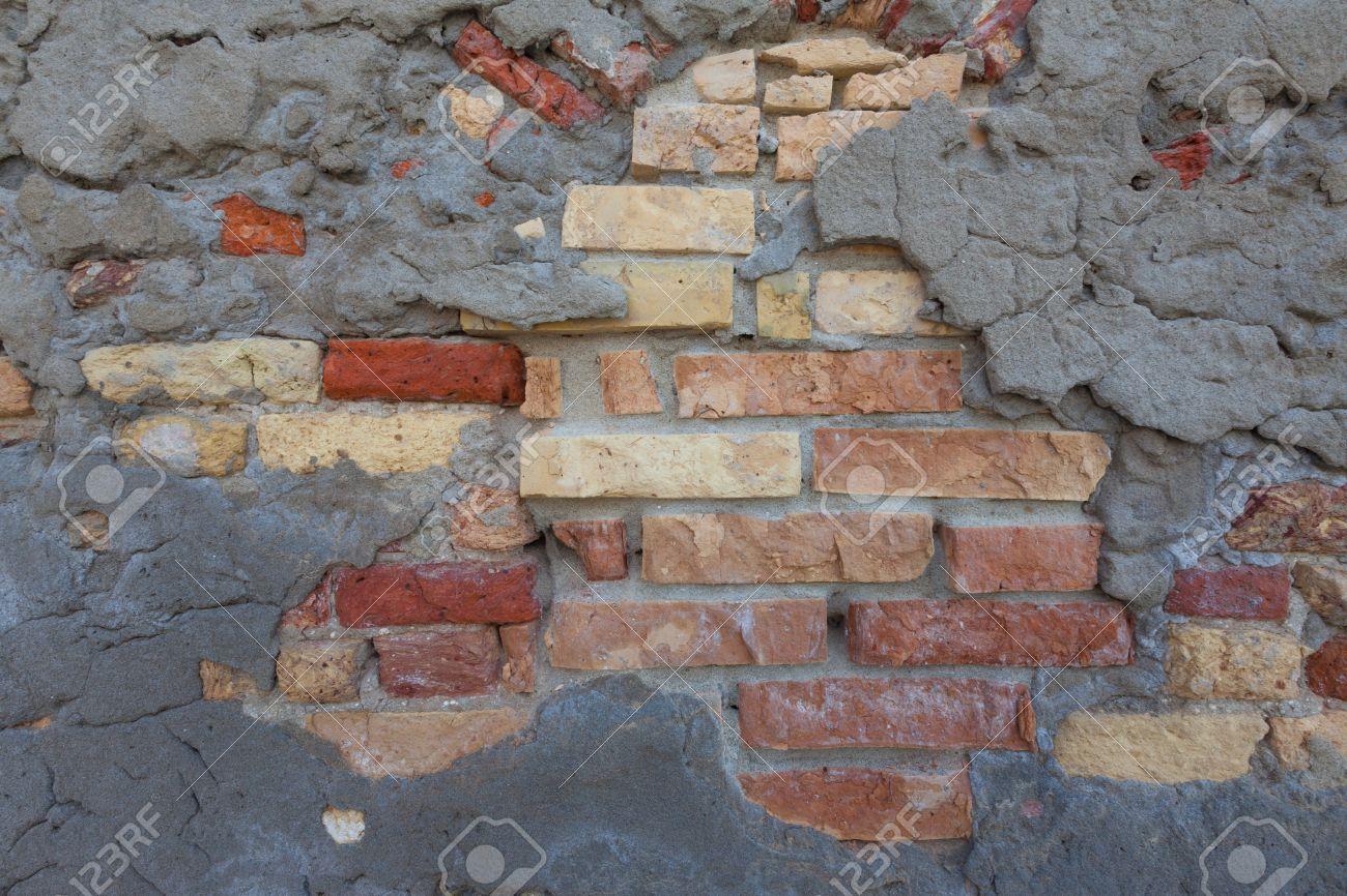 Eine Dünne Schicht Von Grauem Beton Bedeckt Den älteren  Backsteinmauer Architektur. Die Ziegel Haben Farben Von Hellbeige Zu Einem  Traditionellen Ziegel ...