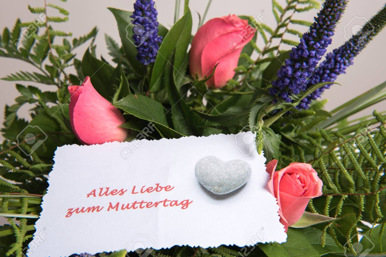 Mazzo Di Fiori In Tedesco.Bouquet Of Flowers With Card All The Best In German Stock Photo