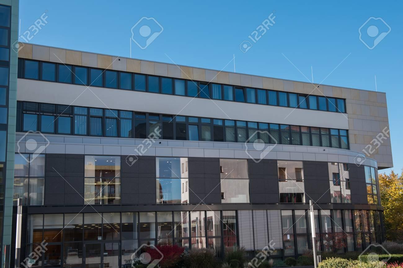 Immeuble de bureaux moderne à hilden avant ciel bleu avec des