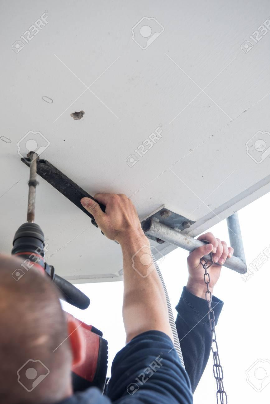 Mann Ist Das Bohren Von Lochern In Betondecke Mit Bohrmaschine
