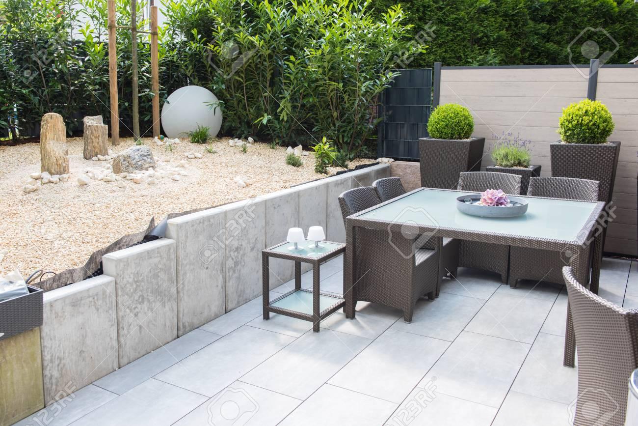 Nouveau jardin en pierre aménagée avec terrasse et table et chaises