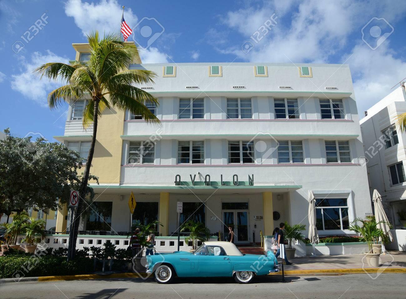 Art-Deco-Stil Gebäude Avalon Und Antiken Chevrolet Bel Air In Miami ...