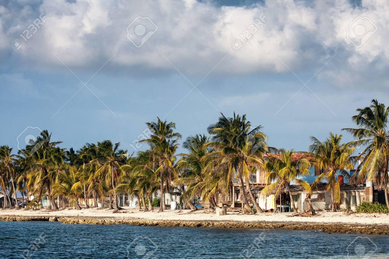 costa tropical con las casas y las palmas sobre el mar caribe cuba foto