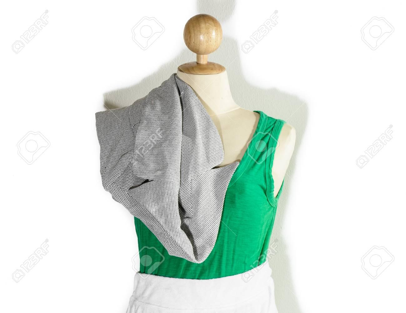 Close up normale oude dame groen vest en witte korte jurk met shirt geïsoleerd op een witte achtergrond