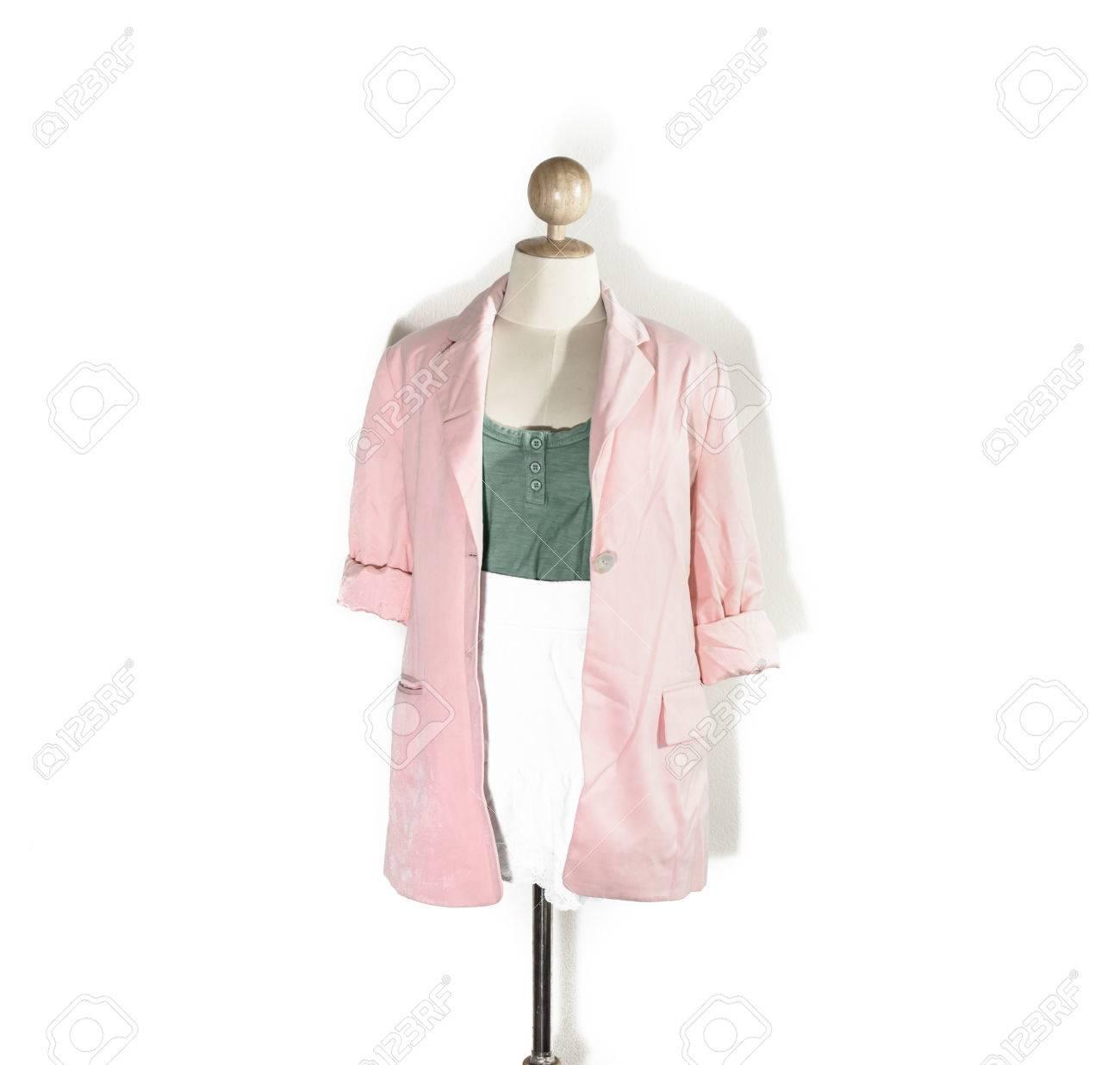 Close up normale oude dame groen vest en witte korte jurk met roze shirt geïsoleerd op een witte achtergrond