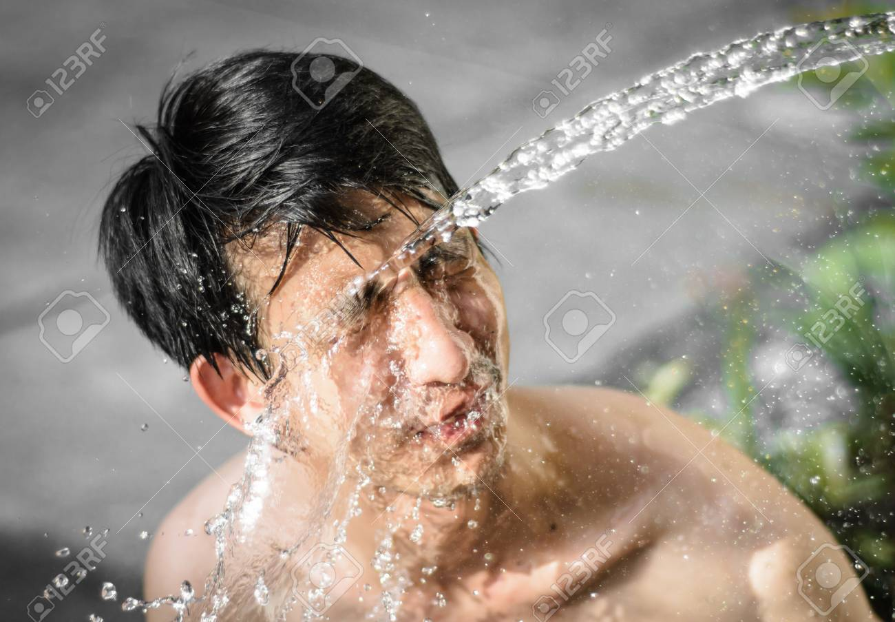 Último post gana, competencia extrema! 28713272-joven-asia-lavar-con-%C3%A9l-cara-con-salpicaduras-de-agua-en-el-fondo-de-desenfoque-al-aire-libre